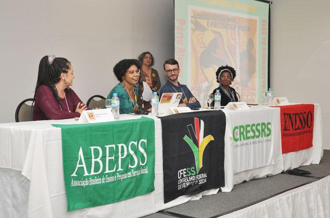 Imagem da mesa de abertura do Encontro Nacional, durante a fala da presidente do CFESS, Josiane Soares.