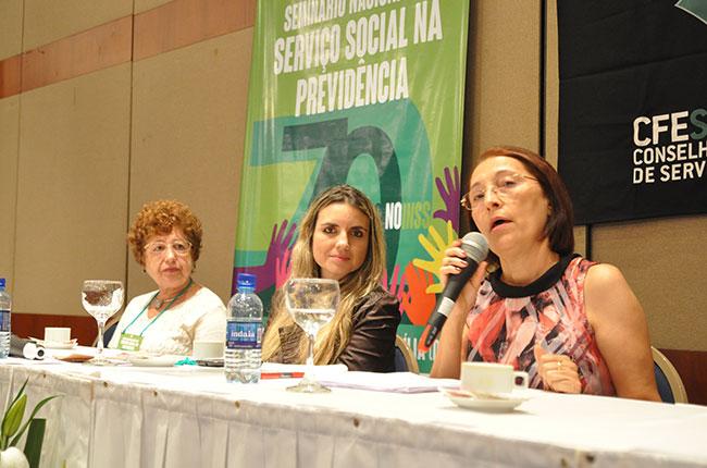 Imagem da mesa com as assistentes sociais Ana Cartaxo e Lucia Lopes