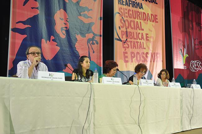 Imagem da mesa com o professor Rodrigo Filho e as professoras Rachel Raichelis e Yolanda Guerra