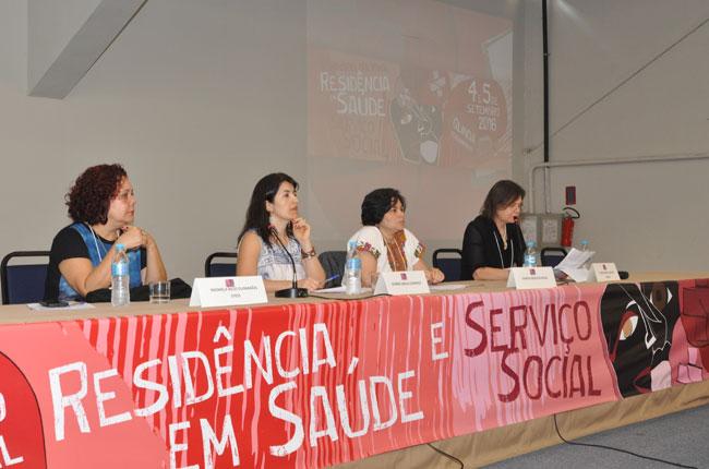 Imagem da mesa de abertura, com a conselheira do CFESS Nazarela Rego e a presidente da Abepss, Raquel Santana
