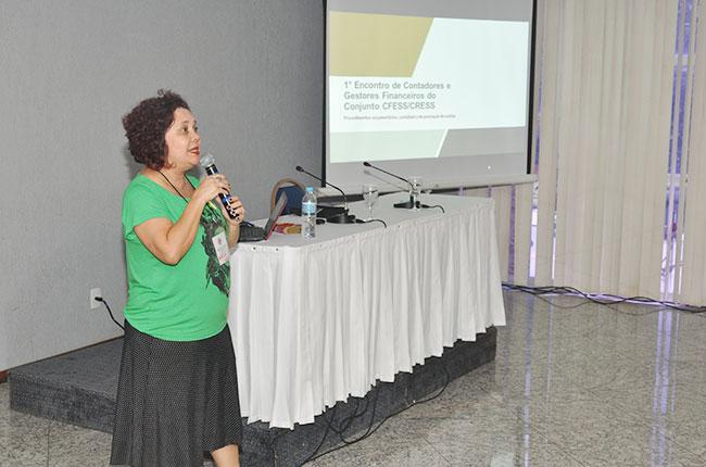 Imagem da conselheira do CFESS Nazarela Rêgo, durante sua fala no evento.