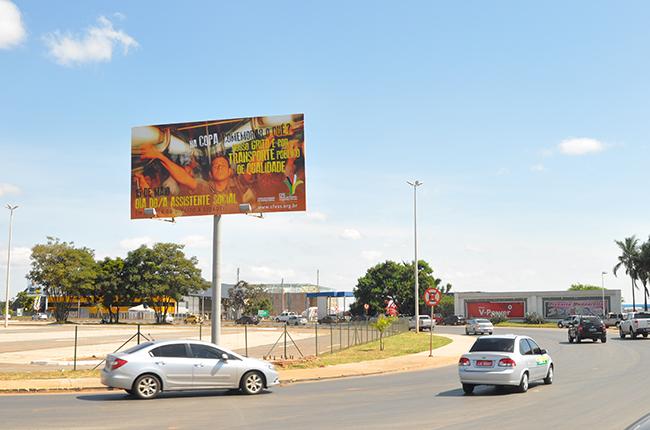 Imagem mostra outdoor localizado na saída do aeroporto de Brasília (DF) com a campanha do Dia do/a Assistente Social