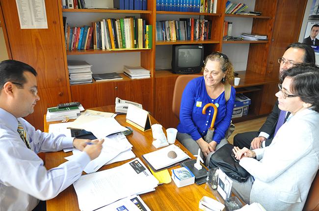 Foto mostra o deputado Fábio Trad em seu gabinete assinando o parecer favorável ao PL Educação