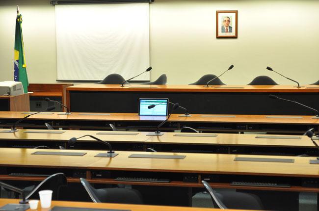 Plenário vazio em dia de sessão da Comissão de Educação na Câmara dos Deputados
