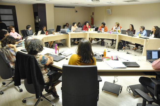 Imagem mostra as conselheiras do CFESS reunidas em círculo, no auditório do CFESS, durante o Conselho Pleno.