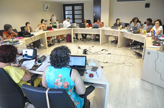 Imagem mostra as conselheiras e assessorias do CFESS reunidas em volta da mesa durante o Conselho Pleno.