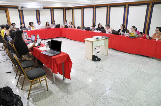 Imagem da gestão do CFESS reunida em uma sala de reuniões, em formato de U, para o Conselho Pleno.