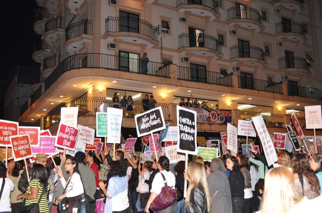 Populacão saiu nas janelas e manifestou apoio à marcha do CBAS (foto: Diogo Adjuto)