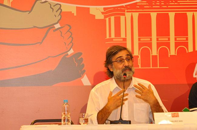 Imagem do professor Mauro Iasi, durante mesa no 44º Encontro Nacional CFESS-CRESS, ocorrido no Rio de Janeiro em setembro de 2015