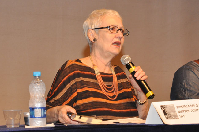 Imagem da professora Virgínia Fontes, durante a conferência da manhã do primeiro dia.