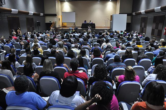 Imagem do auditório lotado durante a reunião do CFESS com assistentes sociais