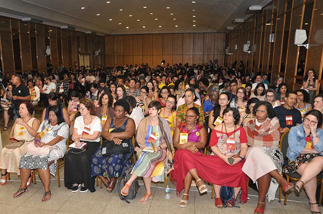 Imagem da plenária lotada com participantes do evento no primeiro dia.