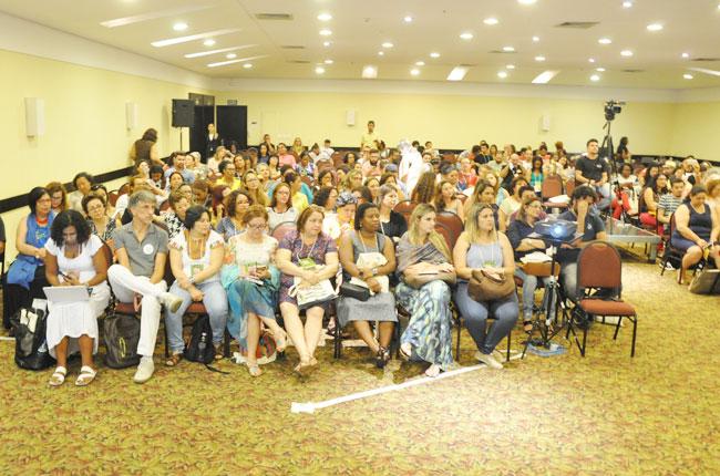 Imagem mostra participantes do 45º Encontro Nacional CFESS-CRESS no auditório, durante abertura do evento