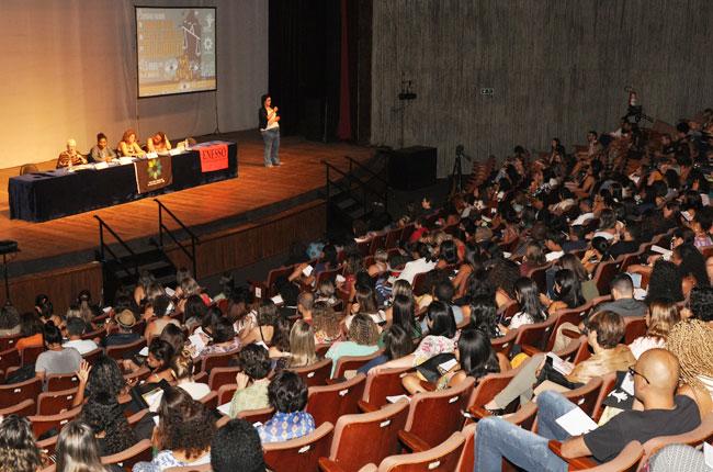 Imagem do auditório lotado durante o evento.