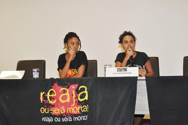 Imagem das duas representantes do Movimento Reaja ou será morta, Reaja ou será morto na mesa da tarde.
