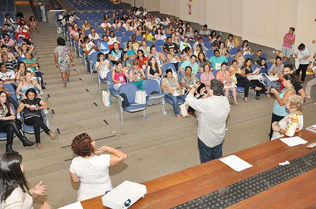 Imagem da reunião com assistentes sociais na Conferência de Assistência Social