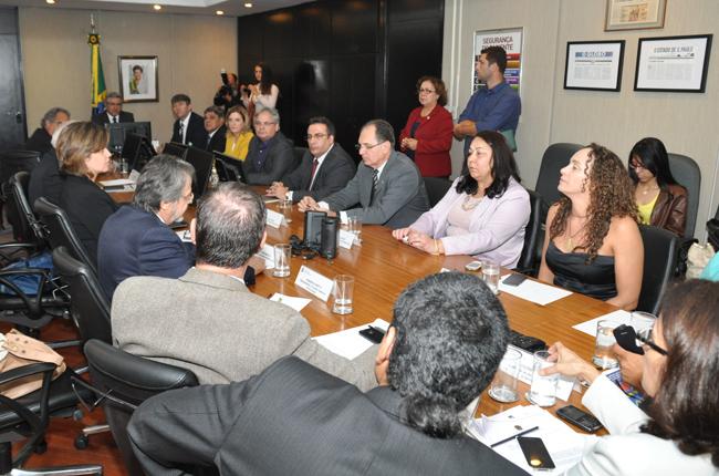 Foto da reunião com o Ministro da Saúde, Alexandre Padilha, que recebeu conselhos profissionais da área da saúde, inclusive o de Medicina, para debater o Ato Médico