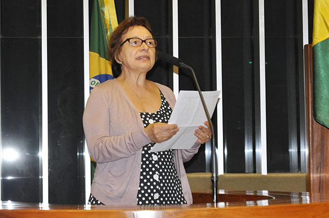 Imagem da professora Rosângela Batistoni na tribuna da Câmara dos Deputados