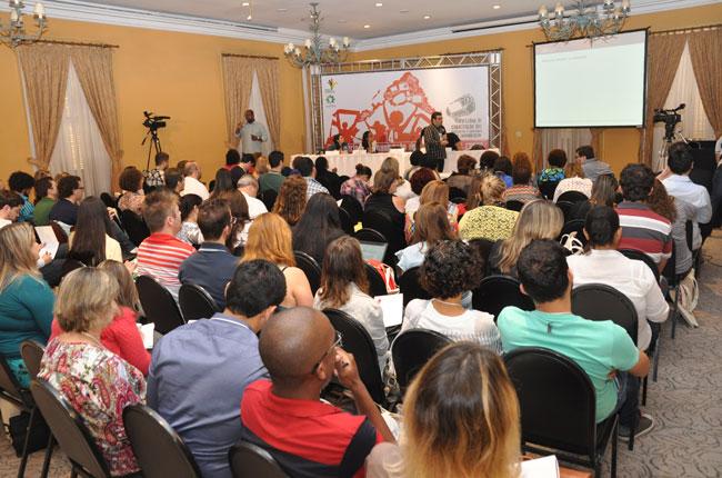 Imagem do auditório com qause cem participantes