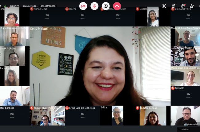 Imagem da reunião, em meio virtual, com participantes em diferentes janelas de visualização, e a coordenadora da Comissão de Ética e Direitos Humanos do CFESS, Kelly Melatti, na imagem ao centro.