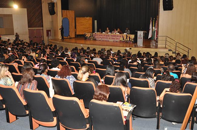Foto mostra auditório da UFPA com participantes nas cadeiras assistindo à palestra