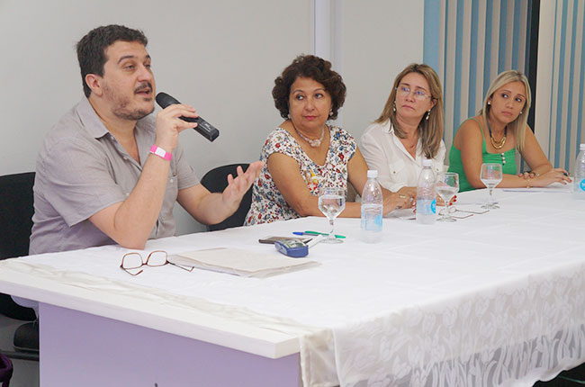 Imagem da mesa da qual participou o presidente do CFESS, Maurílio Matos, no seminário em São Luís.